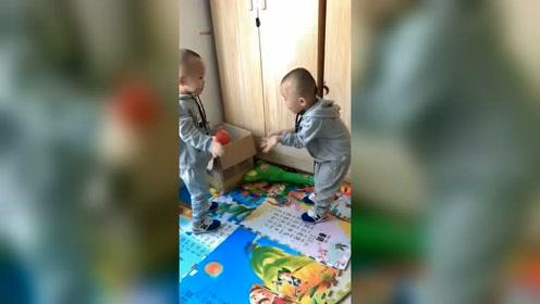哥哥听不懂弟弟说啥,调皮的弟弟