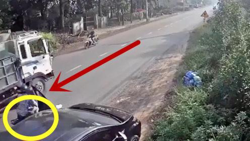 看着后车开车门,害惨摩托车男子,坑坏大货车司机