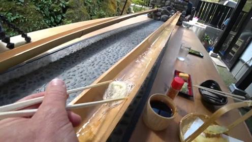 """日本最奇葩的""""流水素面"""",顾客吃完纷纷吐槽,网友:吃法太恶心"""