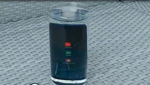 三星A20防水功能怎么样呢?扔水里浸泡一分钟后,结果悲剧了