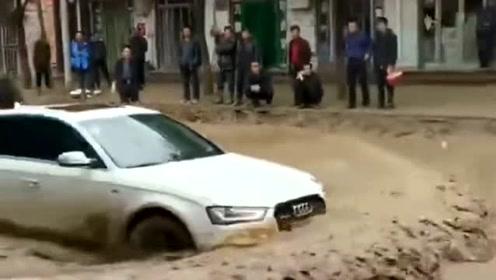 奥迪大哥回农村,这样的车技还是很厉害的,前方的水流毫无压力!