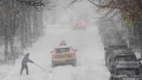 暴风雪持续在美国肆虐 能见度极低小轿车直接撞入大卡车底