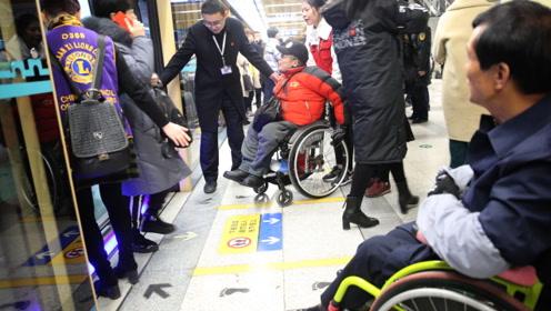 残疾人坐轮椅 体验地铁无障碍通行