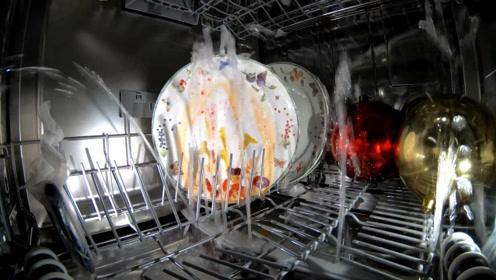 洗碗机是通过什么操作,把碗洗干净的?外国小伙装摄像头拍下来!
