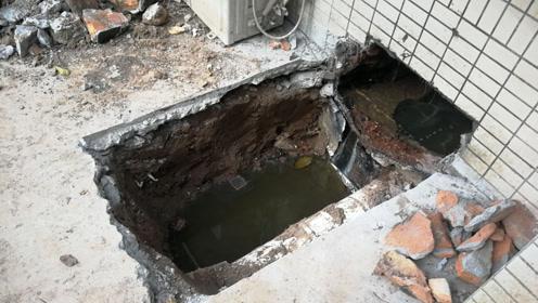 污水主管破损一楼住户遭殃 屋内恶臭难闻近一个月解决不了
