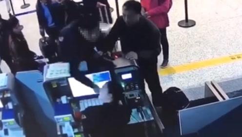 """网传南通一""""副局长""""大闹机场柜台  当地官方回应:系副科级干部"""
