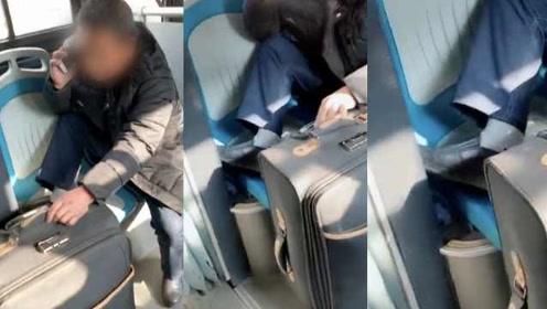 大叔公交占2座1个放脚,乘客:劝还不听,挺没素质