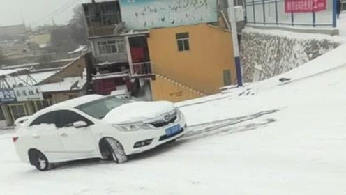没点车技下雪天真别开车出门,看看这位本田司机多尴尬,进退两难了