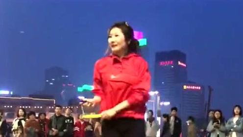小姐姐在公园跳绳,她把舞蹈和跳绳完美的融合在一起,吸引了路人的围观!