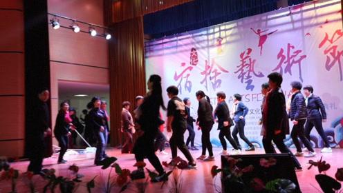 """郑州一高校宿舍文化节宿管齐跳抖肩舞,学生高呼:""""妈妈""""加油!"""