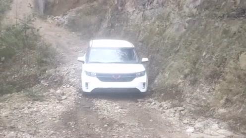 不要小瞧五菱宏光这种便宜车,有些路奔驰大G都上不去,而它却能完成任务!