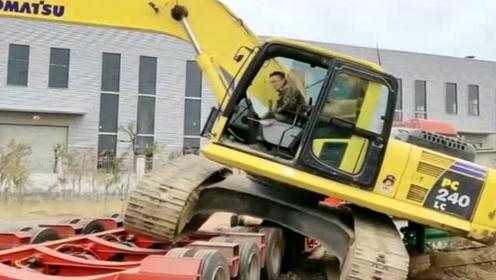 挖掘机新手下板车的神操作,卡到底盘就下不来了,看着真让人着急!