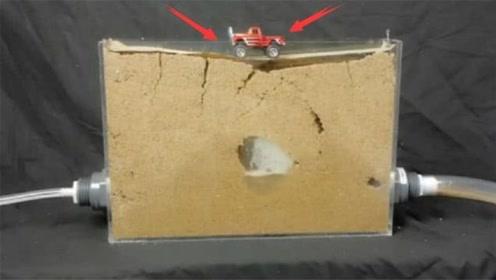 假如沙子下面有水,人掉进去有多么危险?老外模拟实验解析全过程