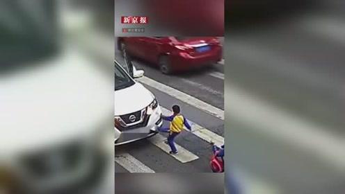母子俩斑马线上被撞倒 小男孩爬起来先扶妈妈再踹车