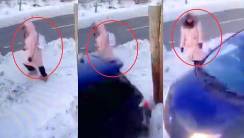 淡定躲避!俄一女子路遇失控汽车乱撞倒车 女子仅挪几步完美躲过