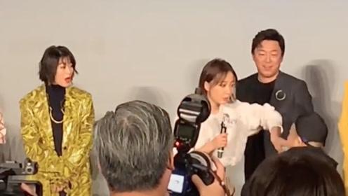《被光抓走的人》首映 王珞丹突遭男私生粉丝上台求婚!严肃抵制骚扰行为!