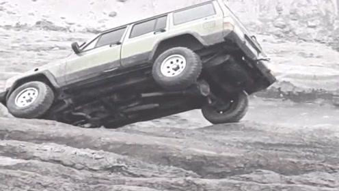 老司机开越野车挑战烂泥路,结果一头就扎进了大坑,太刺激了!