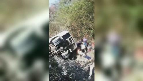 3死多伤!湖南载22人旅游客车翻下30米深山谷 司机已被控制