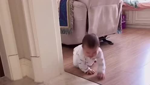 小宝宝第一次学习爬行!像个小乌龟一样!这姿势好萌啊