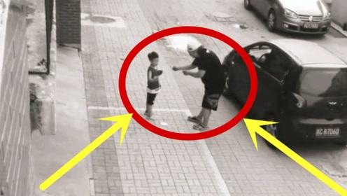 小男孩独自玩乒乓球,人贩子趁机下手,残疾大哥一脚上去,真解气!