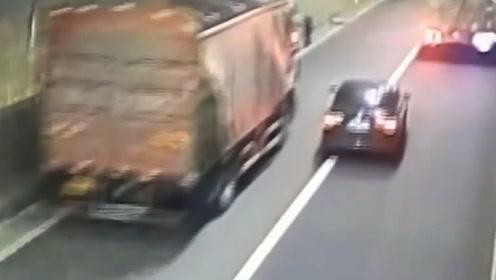 太疯狂!重庆女司机急速变道 从两辆大货车中间加塞