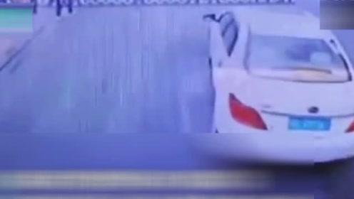 冷漠的76秒!消防出警遭私家车阻挡 拉警报鸣笛都不让行