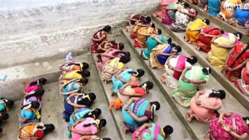 印度女人想要怀孕,竟然集体躺在大街上,这是要干嘛?