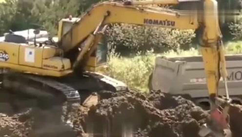恕我直言,这挖掘机驾驶技能是我见过最好的,真是佩服!