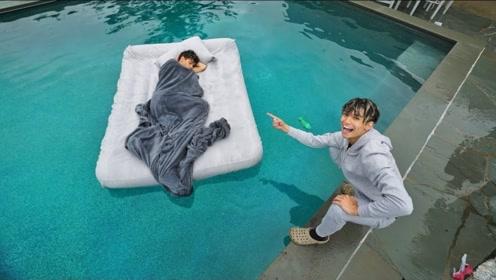双胞胎整蛊,把睡着的哥哥丢进泳池,网友:真是相爱相杀啊!