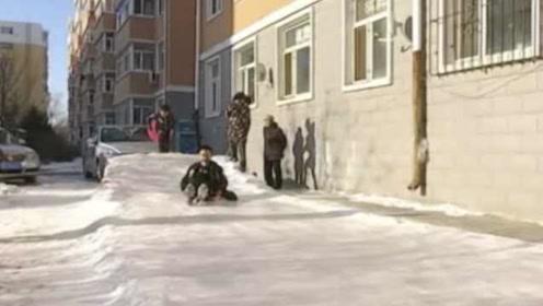 中国好奶奶!80岁老太给孙子做20米冰滑梯:老看手机电视不好