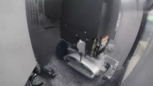 这么大一块铝锭,没想到老外居然加工成了摩托车油箱!