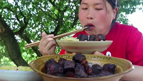 胖妹嘴馋想吃肉,3斤猪肉做土灶红烧肉,被烧黑的肉竟然这么香