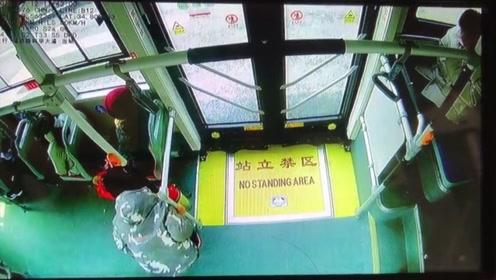 男孩郑州公交车上晕车呕吐 车长给他贴了这个东西立马就缓解了