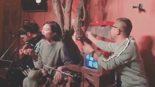 这是一位有灵魂的鼓手,可以根据歌手的情绪来合奏,得此鼓手胜过一个乐队!
