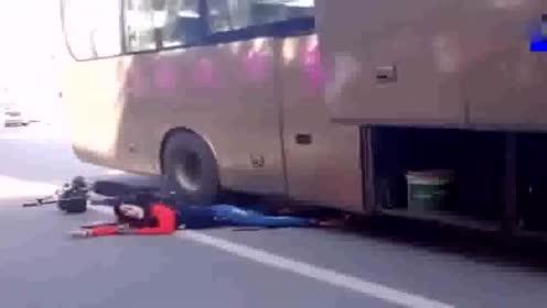 女司机被大巴车卷入车底!疯狂呼喊:谁来救救我!