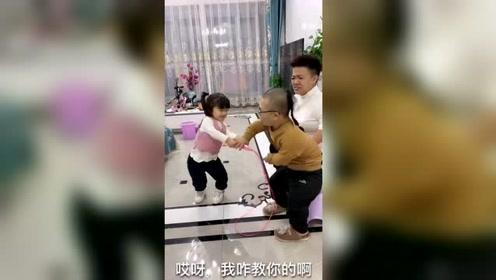 袖珍爸妈教女儿跳绳,一个不如一个,太逗了
