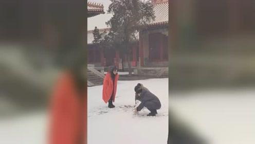 """北京大雪!邓伦杨颖故宫""""包场""""堆雪人!进宫体验生活太酸爽"""