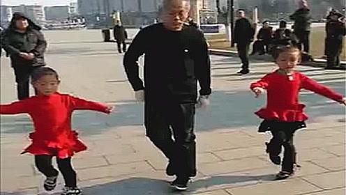 爷爷带着双胞胎孙女跳鬼步舞 广场上的人都看呆了
