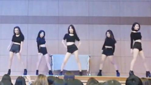 高中舞蹈部女生们火辣热舞,台下观看的学生们都沸腾了!