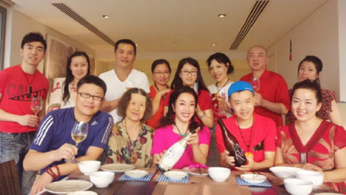63岁刘晓庆晒温馨全家福 亲手下厨却不见老公身影