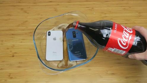 三星和iPhone浸入可乐冰冻24小时 哪部旗舰手机剩余电量更多