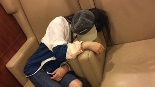 林允连轴工作被累瘫 帽子挡脸躺机场座椅狂补觉
