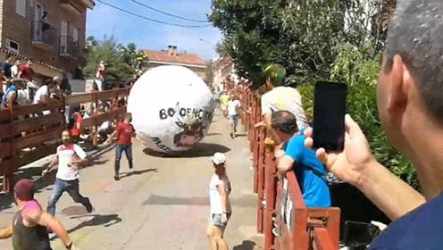 西班牙奔球节悲剧上演 一男子遭巨球撞击受重伤_01