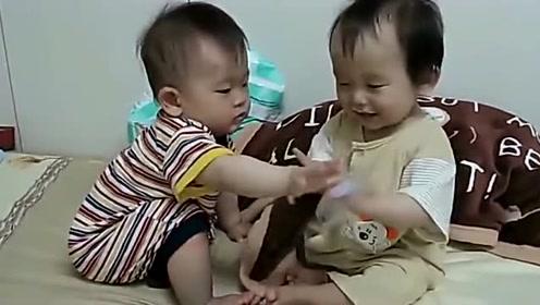 萌娃的世界好单纯,兄弟俩抢塑料袋不可开交,看着好好笑啊