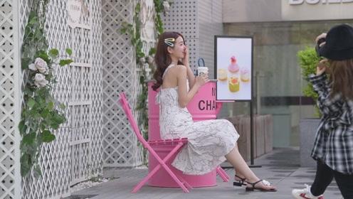 白色连衣裙搭配一双凉鞋,就有很美的效果