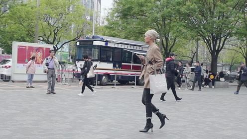 时尚街拍,春末那些穿着短靴的姑娘,很会展示自己的身材