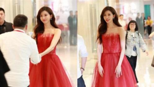林志玲一袭红衣出席活动主动捧起老板的手,对方受宠若惊