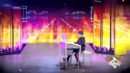 11岁男孩双排键独奏《铁血丹心》超棒