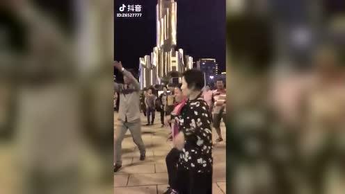 연길 진달래 광장에 이 어머님…