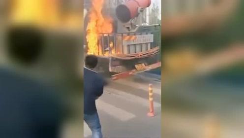 """洒水车着火公交车来救 网友称""""来报恩"""""""
